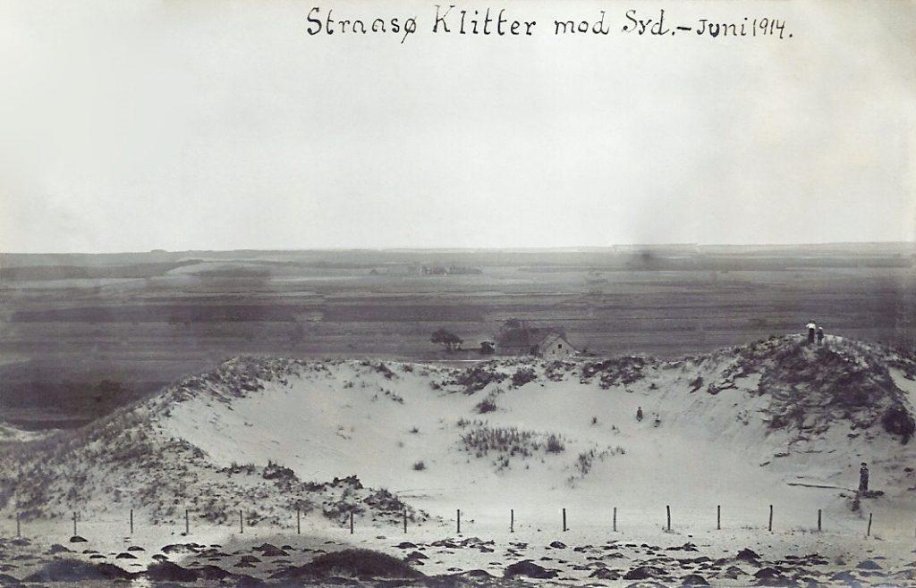 Indlandsklitter i Stråsø, sommeren 1914. Det har desværre ikke været muligt at identificere gården i baggrunden.