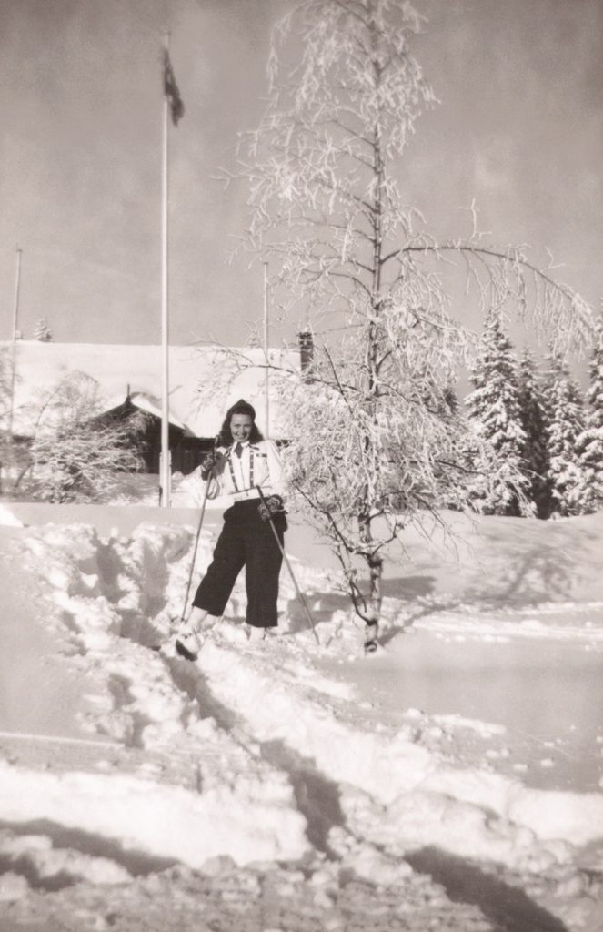 Elnor Malvine Syversen (g. Pedersen, 1913-1983) fotograferet i norsk vinterlandskab i 1940'erne.