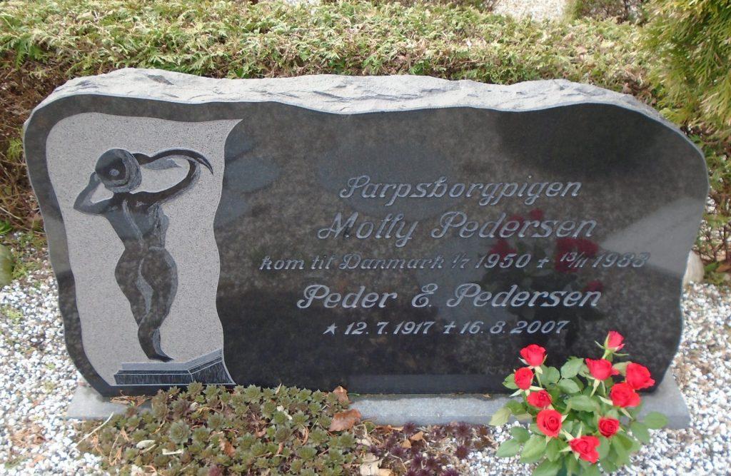 Sarpsborgpigen, Molly Pedersens gravsten på Vind kirkegård.